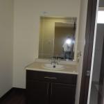 Vista de tocador en baño de habitación principal.